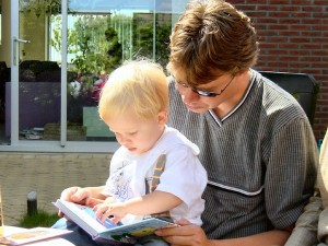photo: father reading to his son credit: Aline Dassel